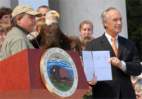 Bald Eagle Delisting ceremony in 2007. L-R: Al Cecere, Founder & President of the American Eagle Foundation; Challenger; Interior Secretary Dirk Kempthorne.